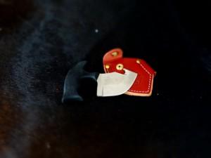 Während der letzten zwei Drückjagden am Ende des letzten Jahres hatten wir die Gelegenheit den Game Skinner der Firma Outdoor Edge genauer unter die Lupe zu nehmen und am Wildkörper zu testen. Die Testergebnisse möchten wir gerne im nachfolgenden Artikel darstellen. Die Klinge des Game Skinner der Firma Outdoor Edge ist aus rostfreiem Edelstahl (AUS-8A-Stahl) und gewährleistet somit lange Schnitthaltigkeit. Der Griff des Messers wurde so konstruiert, dass man ihn in der Faust halten kann. Auf diese Art und Weise gehalten, hat man beim Aufschärfen des Wildkörpers mittels des Aufbrechhakens, eine natürlichere Handhaltung. Zudem kann man das Messer in der Faust so fixieren, dass man beidhändig arbeiten kann. Der Aufbrechhaken ist so konstruiert, dass er das Gescheide nicht verletzt und wie ein Rasiermesser durch die Bauchdecke des Wildes gleitet. Die bauchige Klinge ist nicht nur zum Aufschärfen geeignet, man kann das Messer ebenfalls zur Unterstützung beim Abziehen der Decke benutzen. Hierzu bietet das Messer eine Riffelung zum Auflegen des Zeigfingers, wie in der linken Abbildung gezeigt. Durch die Unterstützung mit dem Zeigefinger kann man mehr Druck auf die Klinge ausüben. Das Messer macht auf uns einen sehr guten Gesamteindruck. Der Kratongriff liegt sehr gut in der Hand und bietet einen rutschfesten Halt in der Faust. Der anwesende Wildbretkäufer war von dem Messer allerdings nicht überzeugt. Aus seiner Sicht sprachen nicht die Materialien gegen das Messer, sondern die für ihn ungewöhnliche Form. Jäger, die konventionelle Messer gewohnt sind, sollten vor dem Kauf dieses Messer einen Besuch bei Frankonia machen und das Messer testen; denn für einen Fehlkauf ist das Messer mit 70 € zu teuer.