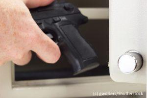 Pistole im Waffenschrank