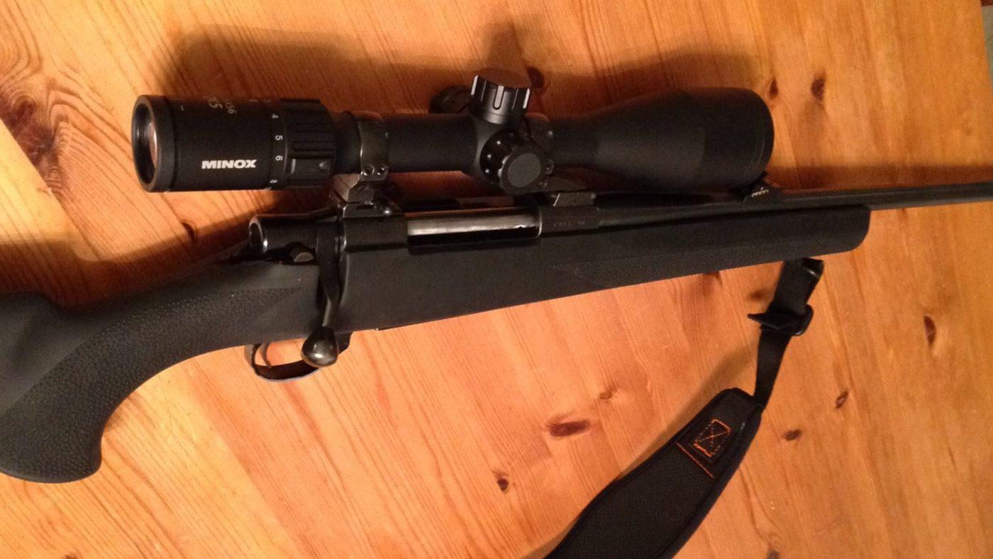 Endzustand der Waffe mit Optik und Trageriemen