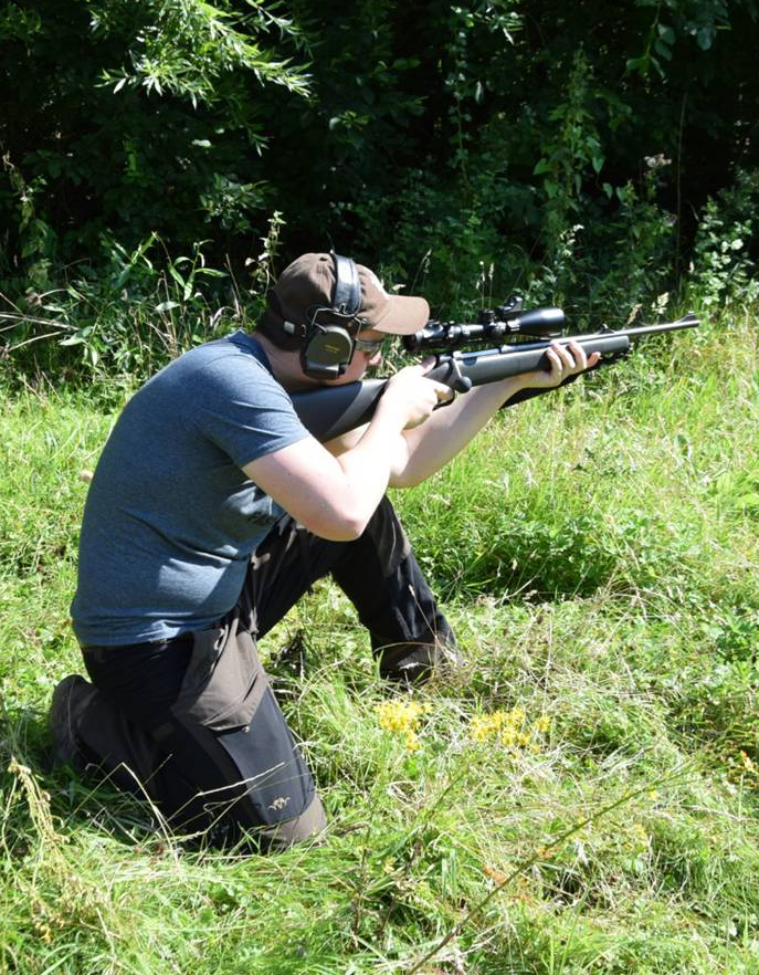 Jäger im knienden Anschlag