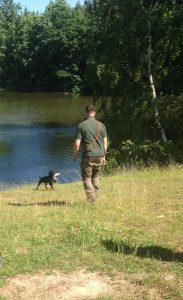 Martin bei der Wasserarbeit mit dem Jagdhund